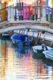 在Burano,威尼斯,意大利海岛上的五颜六色的小,明亮地被绘的房子  库存图片
