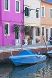 在Burano,威尼斯,意大利海岛上的五颜六色的小,明亮地被绘的房子  库存照片