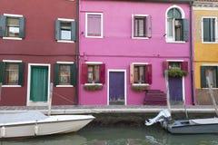在Burano,威尼斯,意大利海岛上的五颜六色的小,明亮地被绘的房子  图库摄影
