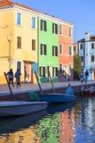 在Burano,威尼斯,意大利海岛上的五颜六色的小,明亮地被绘的房子  免版税库存图片