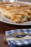 在burek的选择聚焦用与被弄脏的叉子和刀子的乳酪 免版税库存图片