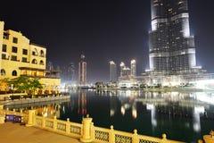 在Burj哈利法和人造湖的看法 免版税图库摄影