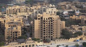 在Burj哈利法附近的有名望的住宅区在街市迪拜在黎明 免版税库存图片