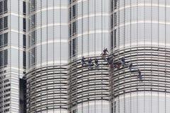 在Burj哈利法,迪拜的风窗清洁器 图库摄影