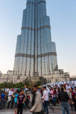 在Burj Al哈利法前面的人人群 免版税图库摄影