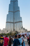 在Burj Al哈利法前面的人人群 库存照片