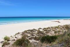 在Busselton西方澳洲的空白沙子 免版税库存图片