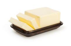在butterdish的黄油在白色 免版税库存图片