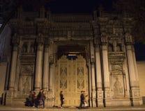 在Cıragan宫殿前面的走的人 图库摄影