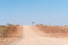 在C40路旁边的岩石半沙漠的风景 免版税库存图片