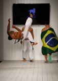 在CA-RIO-CA时装表演期间,舞蹈家执行在跑道的capoeira 库存照片