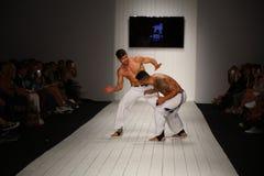 在CA-RIO-CA时装表演期间,舞蹈家执行在跑道的capoeira 库存图片