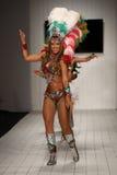 在CA-RIO-CA时装表演期间,巴西舞蹈家在跑道执行 库存图片