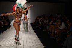 在CA-RIO-CA时装表演期间,巴西舞蹈家在跑道执行 免版税库存图片