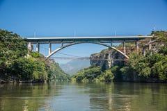 在CaA±onn del Sumidero的桥梁 恰帕斯州的狂放的河 游览和a 免版税库存照片