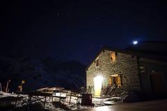 在Cabane浅黑肤色的男人,瑞士的夜间 免版税库存图片