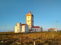 在Cabo Carvoeiro附近的Peniche灯塔在日落光 库存照片