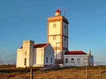 在Cabo Carvoeiro附近的Peniche灯塔在日落光 图库摄影