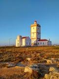 在Cabo Carvoeiro附近的Peniche灯塔在日落光 免版税库存图片