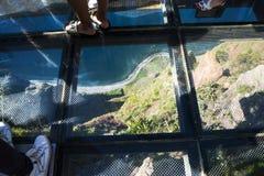 在Cabo Girao的玻璃被难倒的观点在Camara在马德拉岛的海岛上的de罗伯斯附近 免版税库存图片
