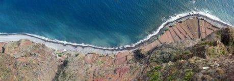 在Cabo Giraolow (马德拉岛)下的露台的领域 免版税库存照片
