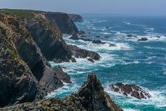 在Cabo Sardao,肋前缘Vicentina,葡萄牙附近的风景海景 免版税库存照片