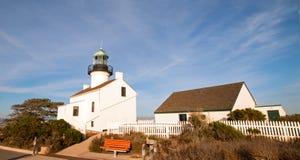 在CABRILLO国家历史文物的老洛马角灯塔在洛马角圣地亚哥加利福尼亚美国的蓝色卷云下 库存照片