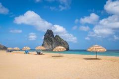 在Cacimba的沙滩伞做Padre海滩和Morro Dois Irmaos -费尔南多・迪诺罗尼亚群岛, Pernambuco,巴西 库存照片