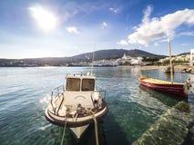 在Cadaques水的小船  免版税库存照片