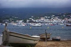在Cadaques海滩和看法的小船在夏天 库存照片