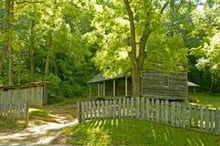 在Cades小海湾的风景原木小屋。 库存照片