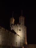 在Caernarfon城堡的看法在晚上 库存照片