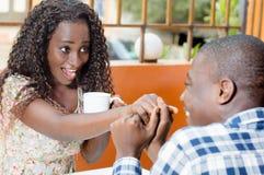 在café的愉快的年轻夫妇 免版税库存照片