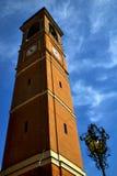 在cairate意大利老墙壁大阳台教会值班船钟塔 库存图片
