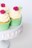 在cakestand的花卉杯形蛋糕 免版税库存照片