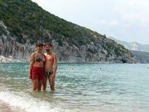在Cala月/月球海湾的愉快的夫妇 免版税库存照片