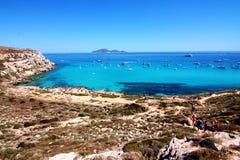 在Cala Rossa海滩附近的绿松石盐水湖在西西里岛 库存照片