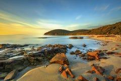 在Cala Violina海湾海滩的日落在Maremma,托斯卡纳 Mediterran 免版税库存照片