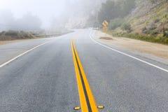 在Calfornia和平的高速公路1美国101的有雾的路 库存图片