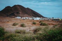 在Calhau火山的火山口,佛得角-圣维森特岛前面的地方住宅 唯一火星喜欢干燥红色岩石 库存照片