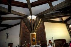 在Camacha村庄的教会内部在山的在丰沙尔上是编织的杨柳的中心 免版税库存照片