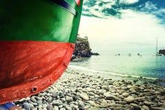 在Camara de罗伯斯村庄,马德拉岛岸的渔船  库存照片