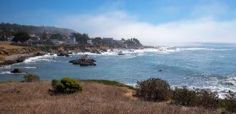 在Cambria加利福尼亚美国的坚固性中央加利福尼亚海岸线 免版税图库摄影