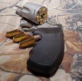 在camo背景的一把左轮手枪 免版税库存照片