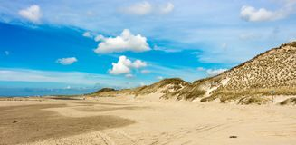 在Camperduin附近的不尽的海滩和沙丘视图在荷兰 免版税库存照片