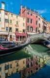 在canale的夏天长平底船有浪漫桥梁的 免版税图库摄影