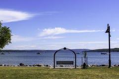 在Canandaigua湖海岸线的摇摆的长凳  库存图片