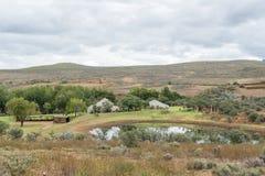 在Cango洞和Calitzdorp之间的农厂风景 库存照片