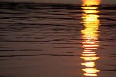 在Canobie湖水的闪烁日落 库存照片