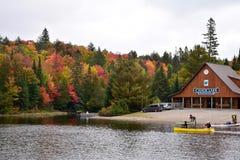 在Canoe湖的小船发射在阿尔根金族公园安大略 免版税图库摄影